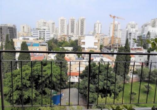 למכירה ברמת גן דירה 3 ח' מדהימה שקטה ומוארת , קומה 8 עם נוף ירוק ופתוח