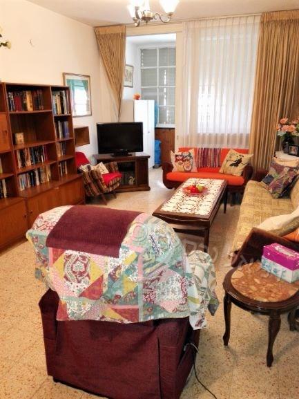 """מציאה !!!  למכירה בפ""""ת,  ברח' הרצל במרכז העיר, במיקום שקט ויוקרתי, דירת ענק 3.5 ח' + מעלית + וחניה"""