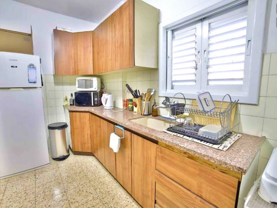 """בגבעתיים למכירה דירת 2 ח' מתאימה למגורים/השקעה + חניה, במיקום מעולה שקט יוקרתי וקרוב ליציאות לכיוון ת""""א"""
