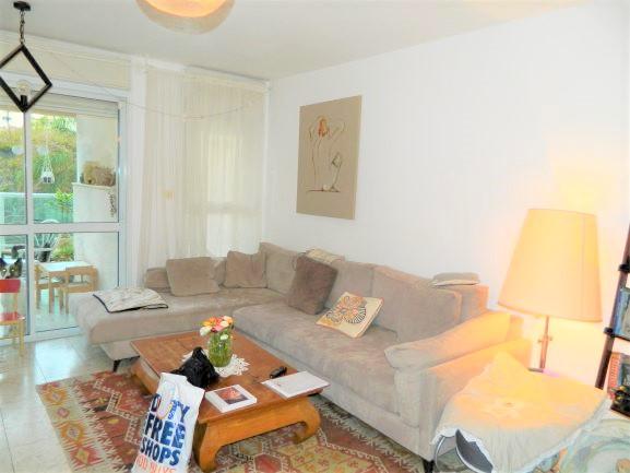 למכירה ברמת אביב החדשה ברח' פרלוק דירת 4 ח' חדישה, במיקום מעולה, עורפית שקטה וירוקה