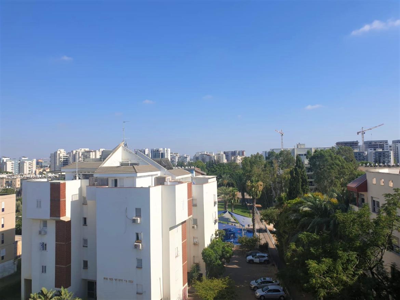 למכירה ביהוד דירה גדולה מדהימה חדישה, במרכז העיר ברח' ביאליק 4 ח'